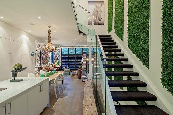 Zielona ściana na klatce schodowej