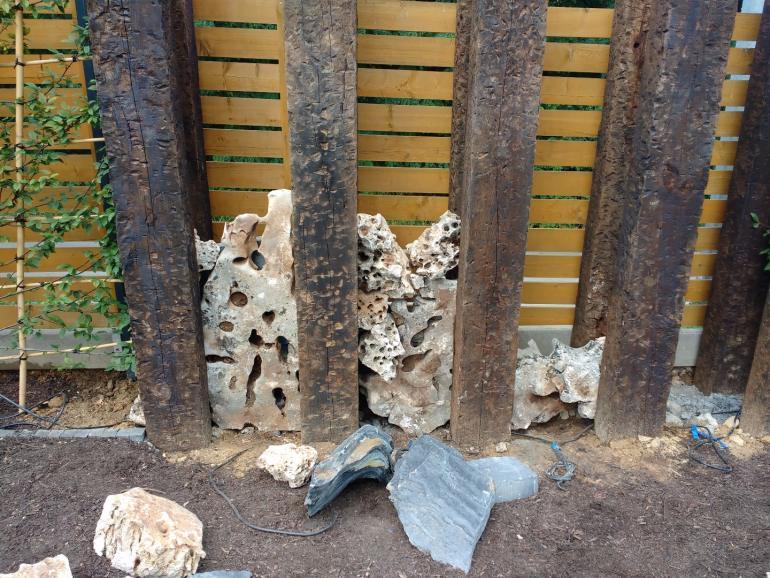 Nietypowy skalniak w Mogilanach