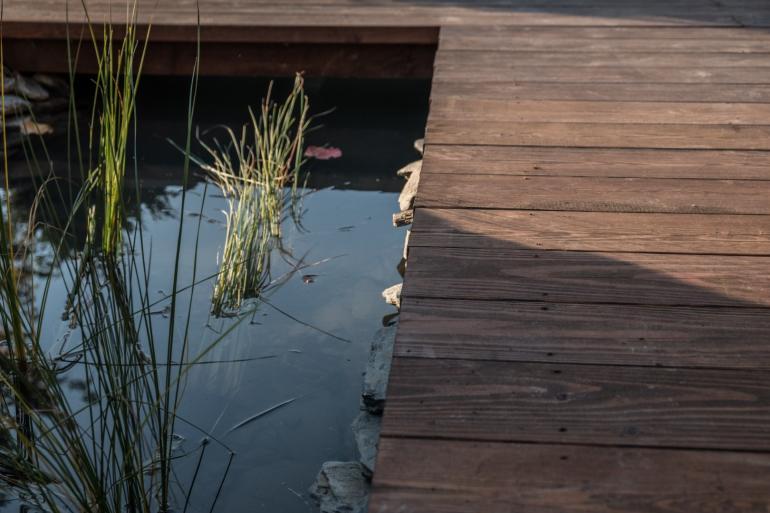 Drewniany taras i nowoczesna kaskada wodna w Krakowie