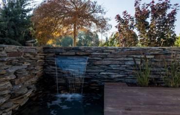 Drewniany taras oraz nowoczesna kaskada wodna – podmiejski ogród pod Krakowem