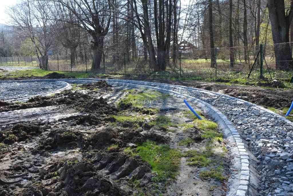 Ogród wokół domu weselnego w Wadowicach