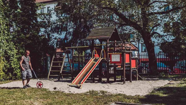 Montaż zabawek ogrodowych w przedszkolnym ogrodzie